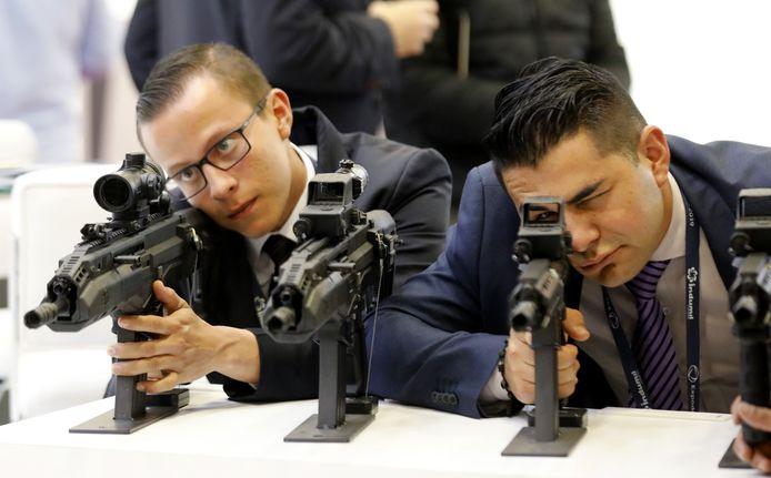 Bezoekers aan een wapenbeurs.