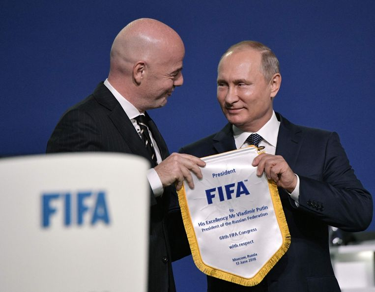 FIFA-voorzitter Gianni Infantino en Russisch president Vladimir Putin bij de start van het congres.