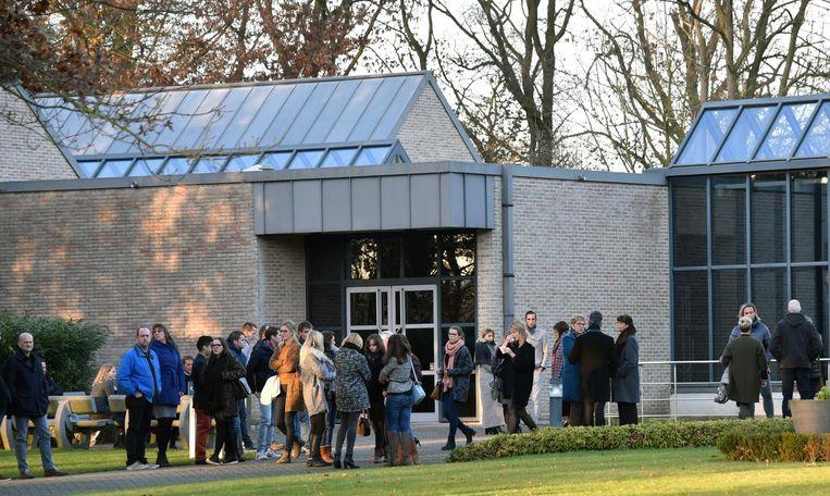 Vrienden en familie buiten aan het crematorium van Turnhout.