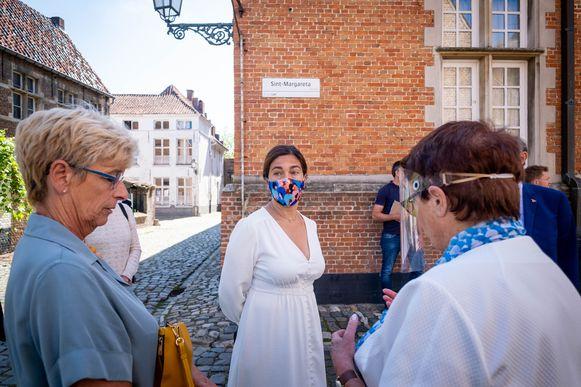 Vlaams minister van Toerisme Zuhal Demir bracht een bezoekje aan Lier. Hier wordt ze door het begijnhof geloodst.