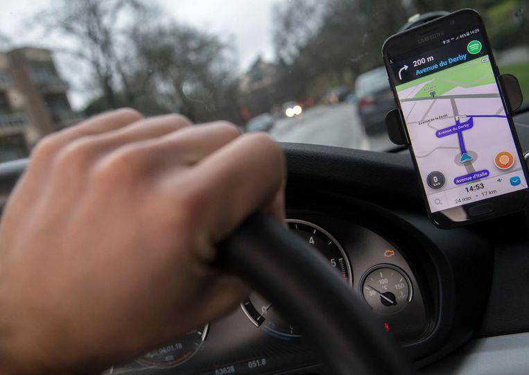 Een automobilist gebruikt Waze.