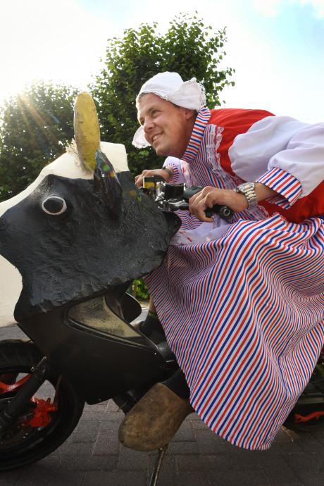 Robin rijdt in boerinnenkostuum rond op de Zwarte Cross: 'Geweldig, zo'n verzameling zotten'