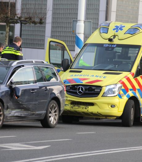 Ambulance botst tegen auto tijdens spoedrit