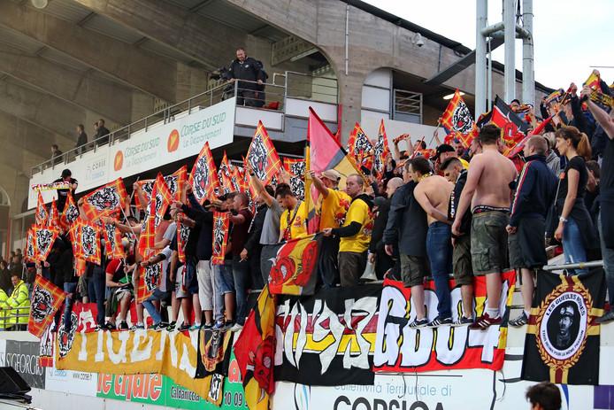 Fans van Racing Club Lens bij de uitwedstrijd tegen Ajaccio op Corsica.