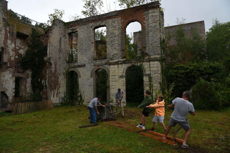 Kinderen maken een middeleeuws bouwwerk. Daarvoor moeten ze loodzware stenen verplaatsten.
