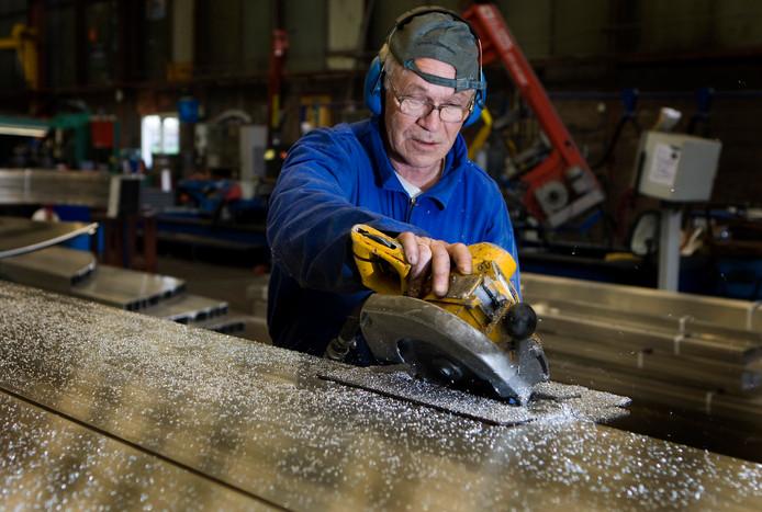 Leen Haak (68) is via uitzendbureau 65plus aan het werk in een constructiebedrijf.