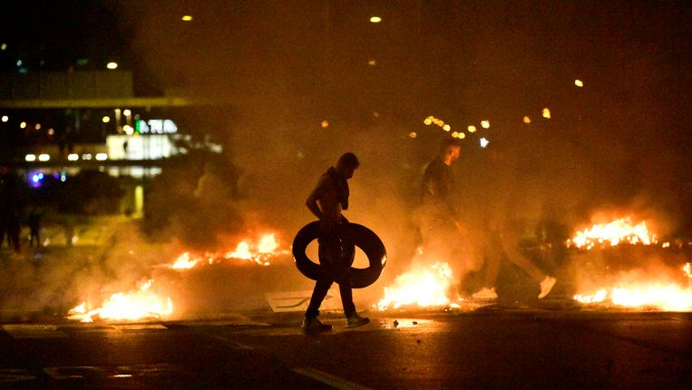 Demonstranten verbranden banden bij rellen in de Zweedse stad Malmö. Beeld EPA