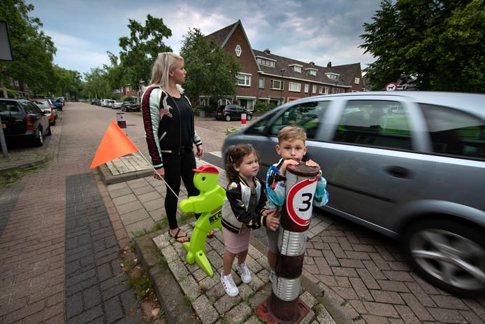 Henrike Klompemaker met haar kinderen Dani (5) en Indy (3) in de Jan van Arkelstraat in Kampen.