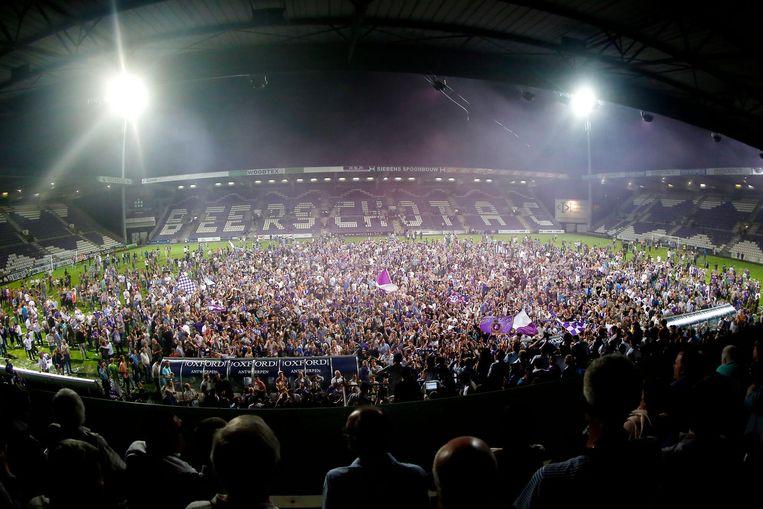 Supporters van Beerschot Wilrijk vieren de titel, vorig seizoen in het Olympisch stadion.