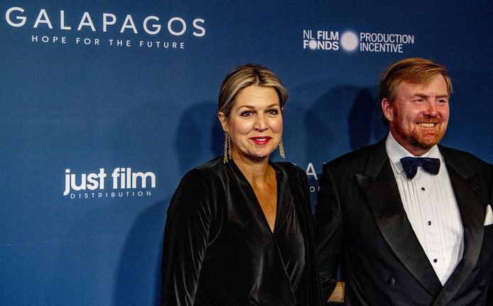 Koning Willem-Alexander en koningin Maxima bij theater TuschinskI voor de première van de film Galapagos: Hope for the Future.