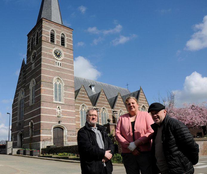 Johnny Fets, voorzitter van de centrale kerkfabriek, schepen Nancy Maris en Omer Heusdens, secretaris van kerkfabriek, aan de Sint-Bartholomeuskerk van Waanrode.