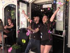 Gelukkige heropening! Arnhems café telt af met oliebollen, champagne en confettikanonnen