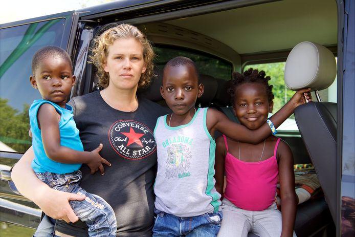 Gini Pullen richtte een kindertehuis in Oeganda op. Een paar weken per jaar komt ze naar Nederland en neemt dan ook kinderen mee. Dit keer werd in Afrika haar Hope and Dreams overvallen.