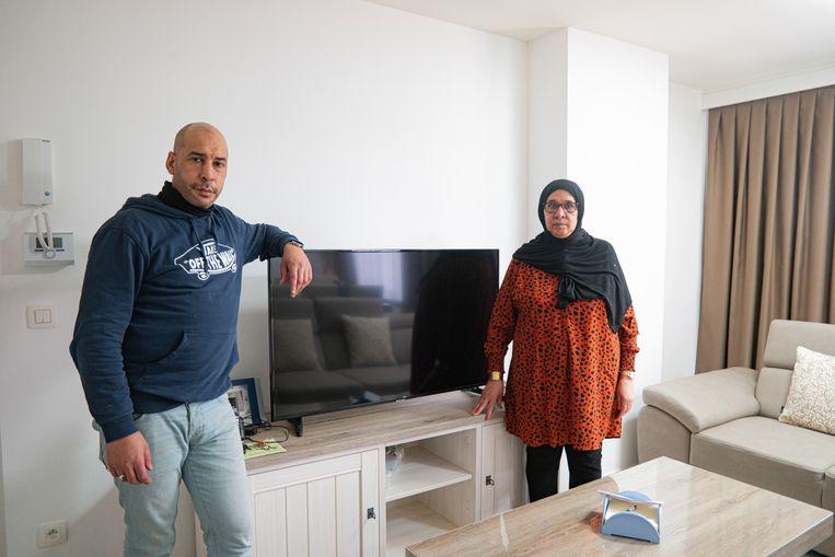 """Mousty en zijn mama Fatma Moustakim voelen zich in de steek gelaten door Proximus: """"Meermaals bleven we thuis omdat er een technieker zou langskomen maar die kwam telkens niet opdagen""""."""