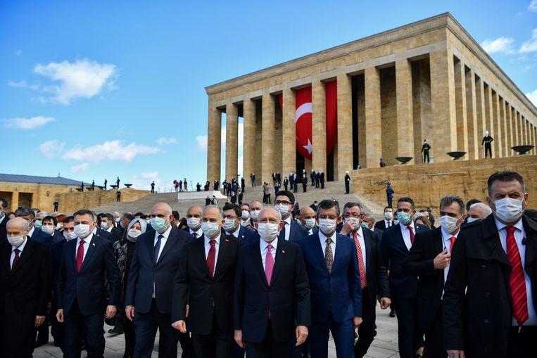 Turkse parlementsleden schonden in april op flagrante wijze de regels voor social distancing tijdens een ceremonie ter gelegenheid van Nationale Souvereiniteits- en Kinderdag. Beeld AP