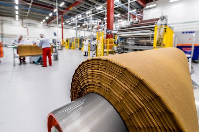 Een van de twee productielijnen in Bergen op Zoom waar sinds eind 2017 plakken geperst tabak - 'cast leaf'- worden geproduceerd voor de rookloze Iqos-sigaretten. Philip Morris investeerde 80 miljoen euro in die lijnen.