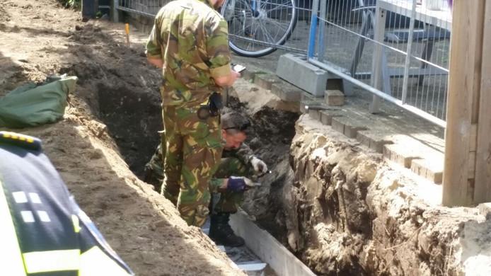 EOD-medewerkers inspecteren de bom in Lichtenvoorde.