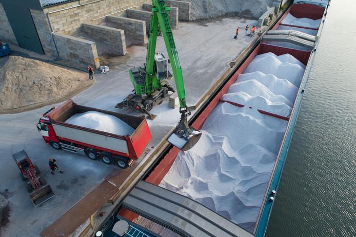 Hittegolf of niet maar maandagmorgen kwam het eerste schip met strooizout aan bij de strategische zoutloods in Kampen. Het schip heeft 1.650.000 kilo zout aan boord.
