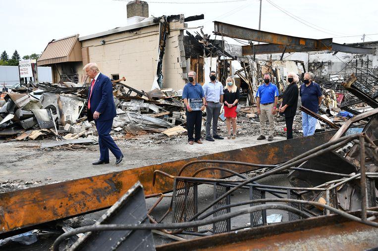 President Trump in een wijk van Kenosha waar stevig is geplunderd en gereld.  Beeld Hollandse Hoogte / AFP