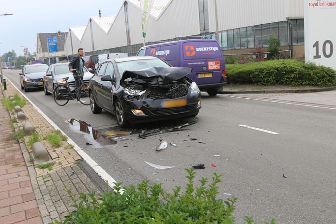 De kapotte auto op de Woutersweg in 's-Gravenzande.