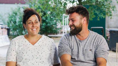 Sieg De Doncker helpt Loes en Kim te verhuizen