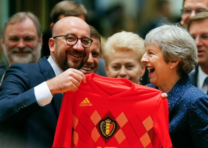 Fin juin 2018, Charles Michel fait de l'humour en arborant le maillot des Diables rouges en compagnie de la Britannique Theresa May