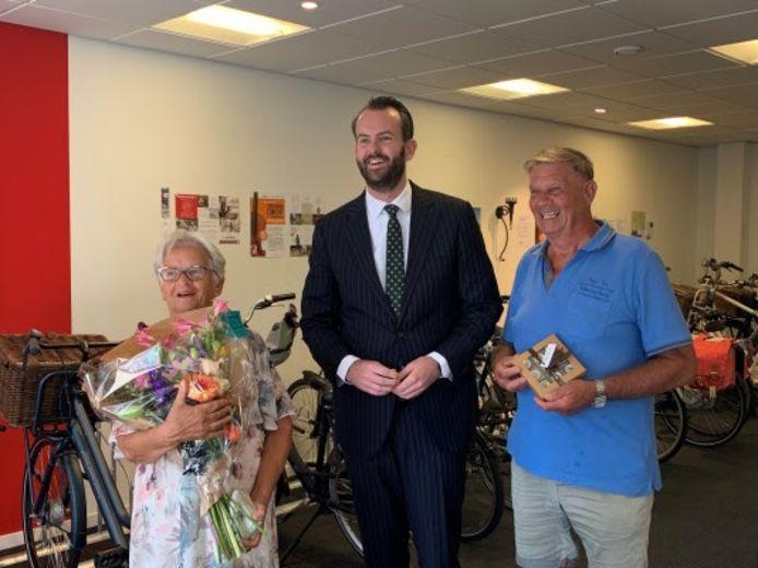 Het echtpaar Muilwijk uit Werkendam werd verrast door wethouder Joost van der Geest