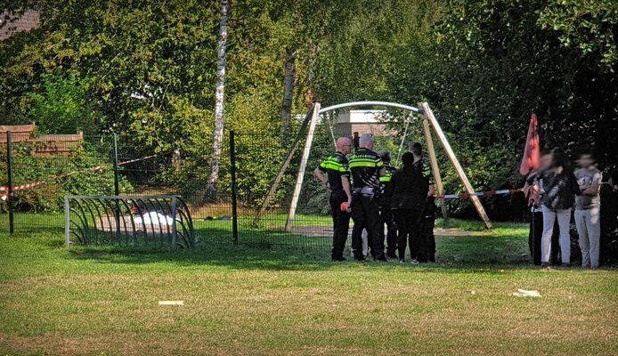 Bij een mishandeling in een speeltuin aan Iemstukken in Assen is een persoon overleden.