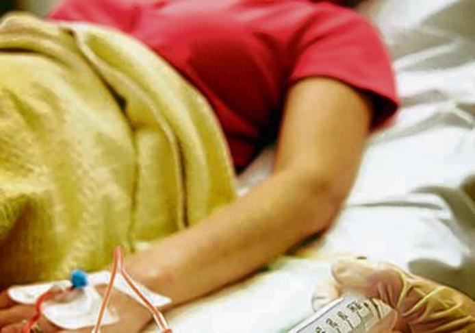 Een patient krijgt cytostatica chemotherapie toegediend op de dagbehandeling van het Antoni van Leeuwenhoek Ziekenhuis. ANP PHOTO LEX VAN LIESHOUT