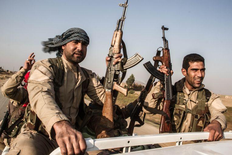 Arabische strijders vechten onder de vlag van de SDF mee met de Koerdische YPG, november 2015 nabij de stad Hasakah. Beeld Soran Qurbani / Demotix