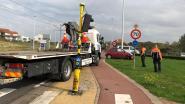 Auto rijdt tegen verkeerslicht en verlichtingspaal, bestuurder lichtgewond