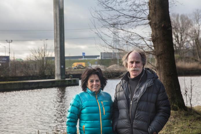 Toos en Jos van de Laar voor de A50-flyover over het Sonse Wilhelminakanaal waar de geluidswal ophoudt.