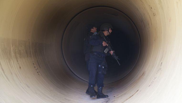 Agenten zoeken in een pijplijn naar tekenen van de verdwenen El Chapo. Beeld ap