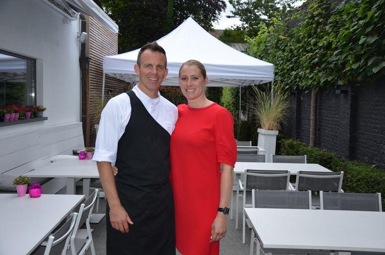 Chef Bernard en gastvrouw Connie van Bistro Vienna bieden een barbecueformule aan tijdens de Lokerse Feestweek.
