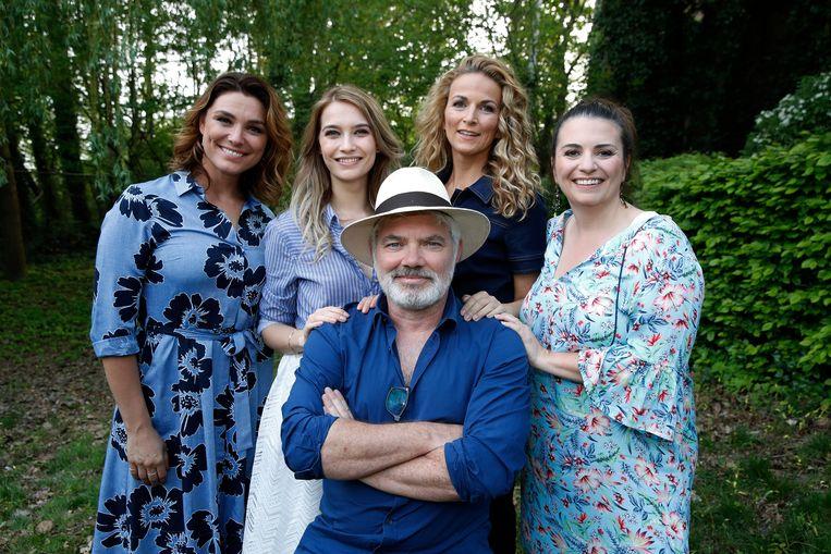 De vrouwelijke cast van 'Mamma Mia' (Evi Hanssen, Tinne Oltmans, Ann Van den Broeck, Ilse La Monaca) én regisseur Stany Crets
