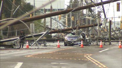 Elektriciteitspalen beginnen als dominosteentjes op de weg te vallen, koppel overleeft als bij wonder het ondenkbare