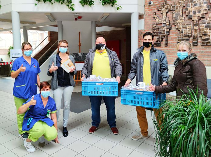 Leden van Vlaams Belang Roosdaal overhandigden 300 zelfgebakken koekjes aan het personeel van wzc Onze-Lieve-Vrouw.