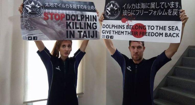 Kirsten De Kimpe en haar Nederlandse kompaan protesteren tegen de dolfijnenjacht in Japan. Ze verstoorden een dolfijnenshow door in het water te duiken.