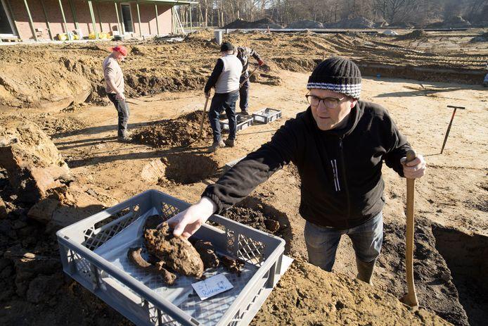 Onderzoeker Johan Van Laecke van het agentschap Onroerend Erfgoed aan de slag op de site in het Rivierenhof.