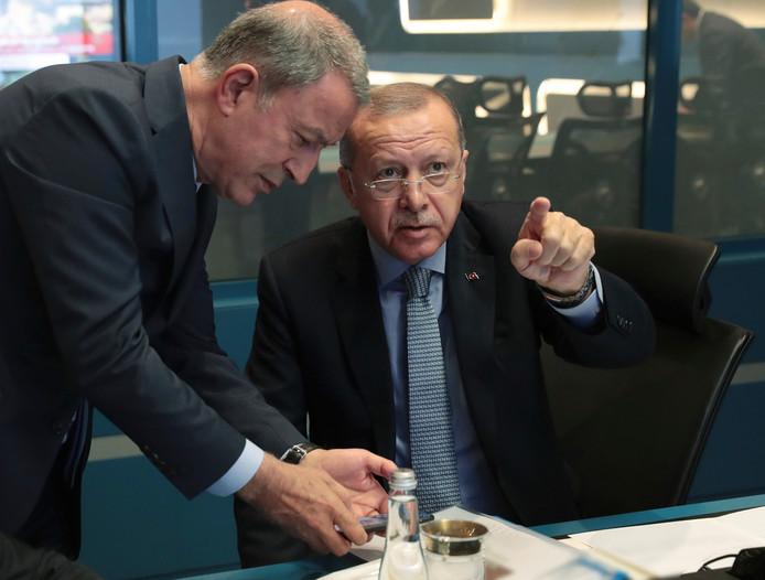Le président turc Recep Tayyip Erdogan et son ministre de la Défense Hulusi Akar