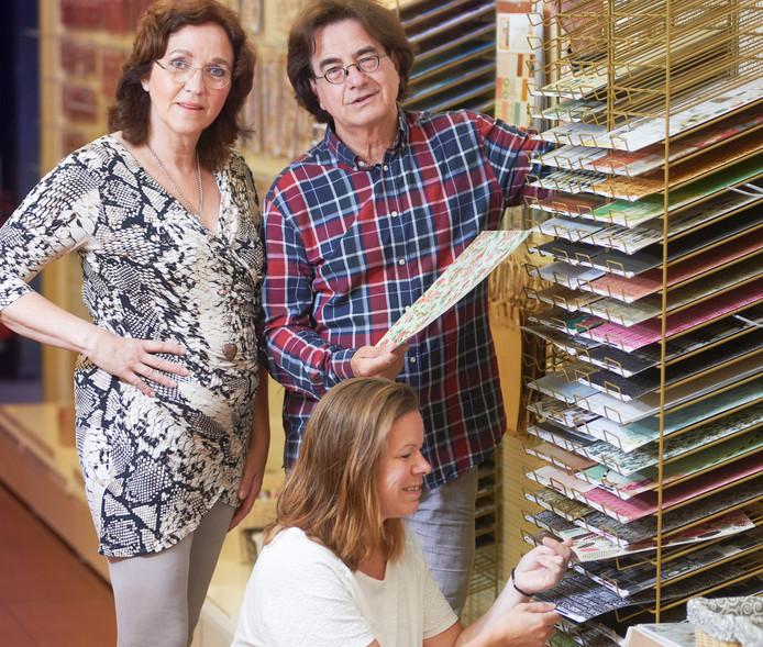 Wim Kros en zijn vrouw Margot met medewerkster Diana van Rooij in de winkel die tot en met zondag 14 augustus nog open is.