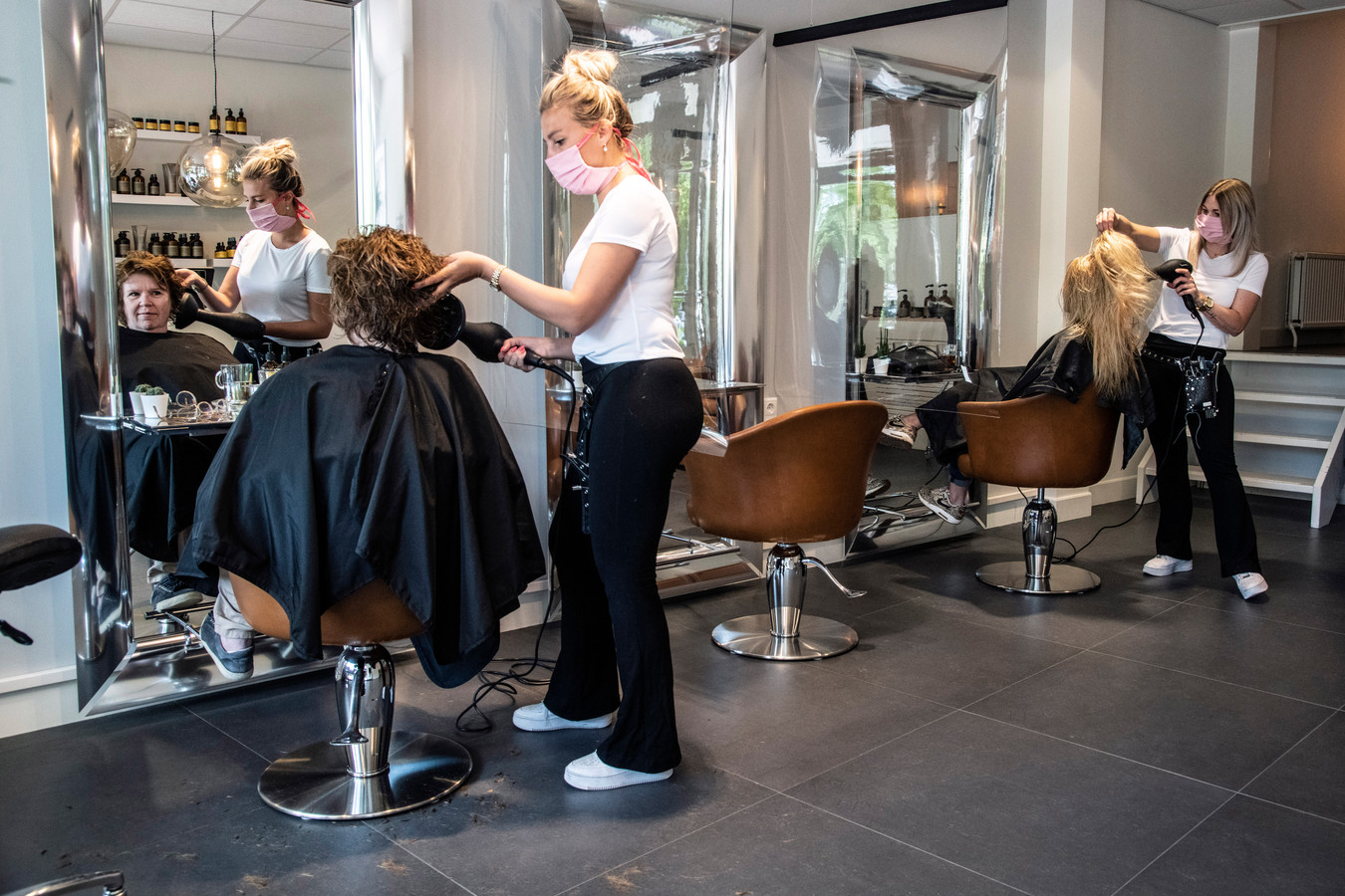 Archieffoto kapsalon Juliëtte Hairdressers x Trendsetters aan de Kasteellaan. Met mondkapjes uiteraard.