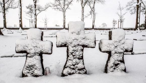 De sneeuw zorgt voor een speciale sfeer op de oorlogsmonumenten in de regio.