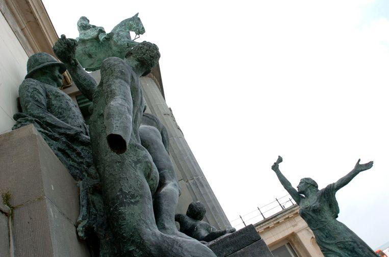 In 2004 werd een hand afgehakt van het iconische bronzen beeld.