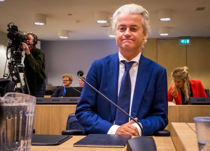 Wilders in de beveiligde rechtbank van Schiphol