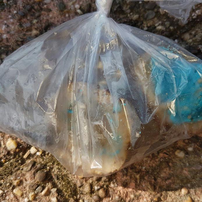 De gevonden gehaktballen met blauwe kleurstof.