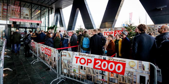 Het is drukker dan ooit bij het Top 2000 Café in Hilversum. De wachttijden bij het café op het Mediapark lopen zondagavond op tot acht of negen uur.
