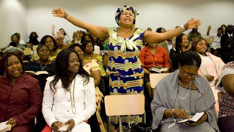 Kerkdienst van Ghanesen in de Kandelaar aan de Bijlmerdreef. Beeld Amaury Miller / www.amaurymiller.nl