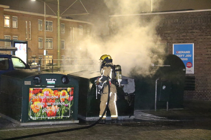 Beeld ter illustratie: Een container in brand op de Kompasstraat met de Vuurbaakstraat Scheveningen.