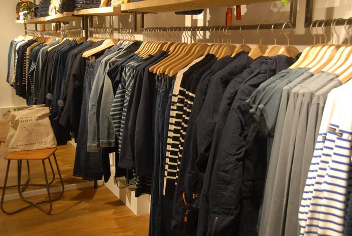Uitsluitend duurzaam geproduceerde kleding hangt in de rekken.